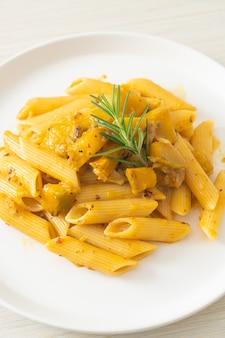Pompoen penne pasta alfredo saus - veganistische en vegetarische eetstijl