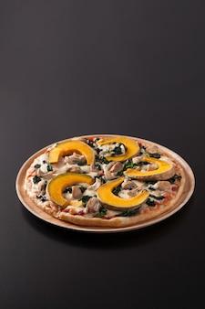 Pompoen pizza geïsoleerd op zwart