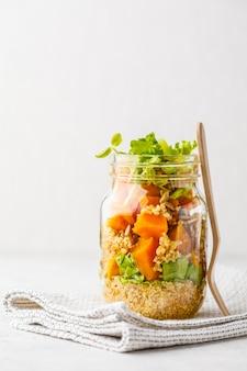 Pompoen, quinoasalade in een kruik. veganistisch eten concept.