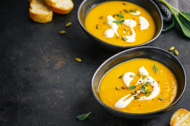 Pompoen romige soep geserveerd in kommen