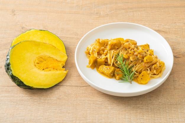 Pompoen spaghetti pasta alfredo saus - veganistische en vegetarische eetstijl