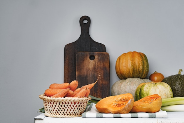 Pompoen, wortelen en prei op keukentafel