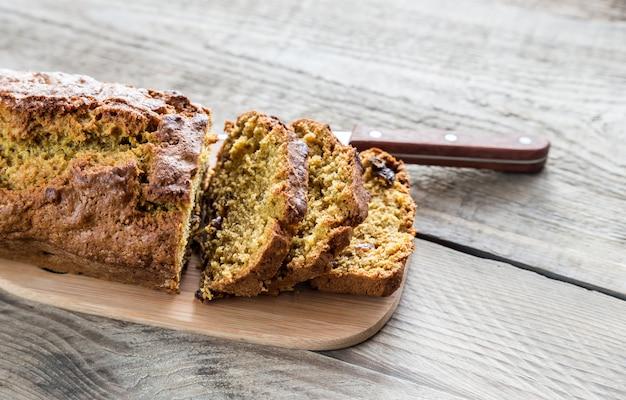 Pompoenbrood op de houten raad