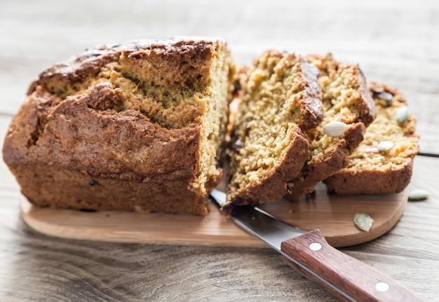 Pompoenbrood op het houten bord