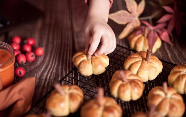 Pompoenbroodjes op het bakrek