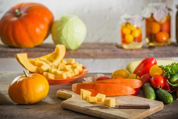 Pompoenen en andere groenten op houten tafel