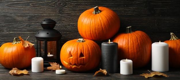 Pompoenen en halloween-accessoires op houten achtergrond