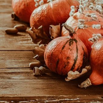 Pompoenen met droge bladeren en eikels herfst tafel