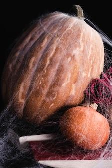 Pompoenen met spinneweb en rozen