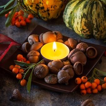 Pompoenen, noten en kaars
