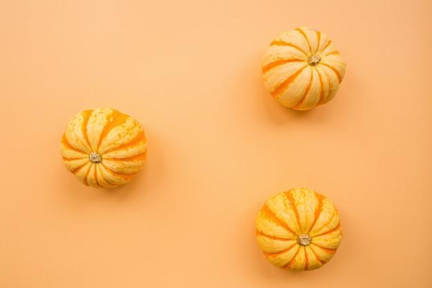 Pompoenen op pastel oranje