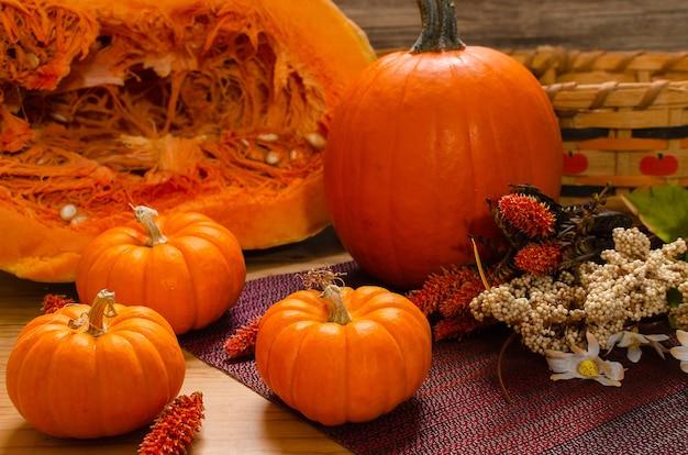 Pompoenen op tafel met herfstdecoratie