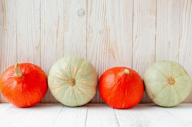 Pompoenen voor houten muur rustieke landelijke stijl natuurlijke biologische groenten eten