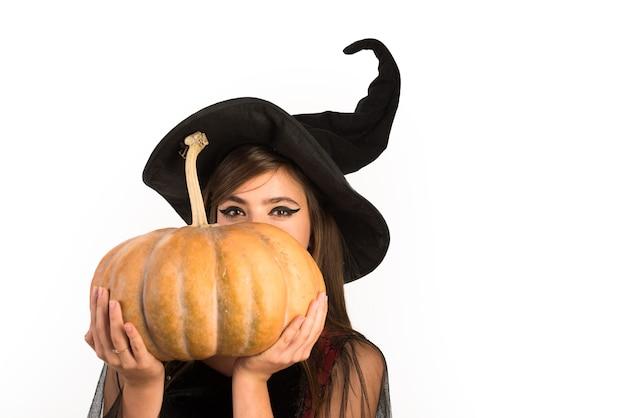 Pompoenkop jack lantaarn trick or treat vrouw poseren met pompoen mooie jonge verraste vrouw i...