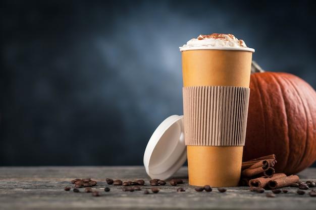 Pompoenkruid latte in een papieren beker