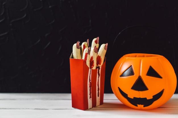 Pompoenmandje en gesneden vingers voor halloween