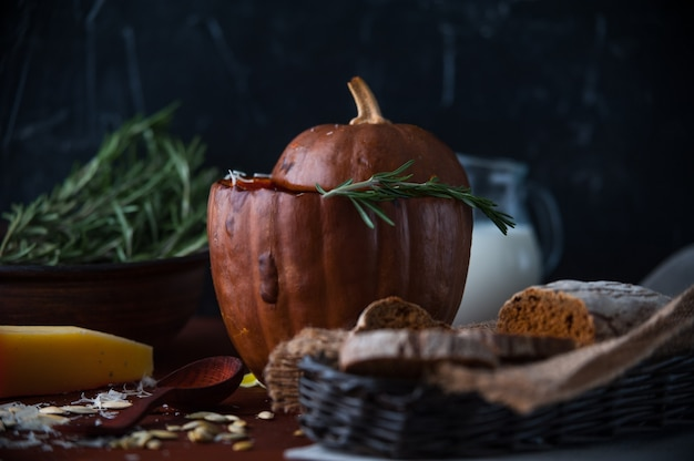 Pompoenroomsoep rustieke stijl op donkere achtergrond