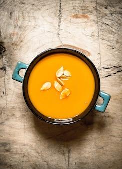Pompoensoep. gekookte soep van een rijpe pompoen.