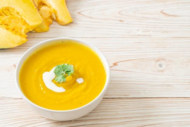 Pompoensoep in witte kom - vegetarische en veganistische eetstijl