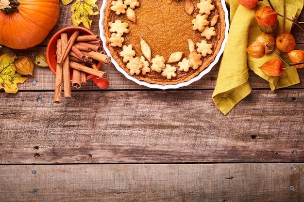 Pompoentaart. taart met slagroom en kaneel op rustieke achtergrond. traditionele amerikaanse zelfgemaakte pompoencake voor thanksgiving of halloween klaar om te eten. bespotten.