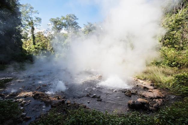 Pong duet-warmwaterbronnen in de buurt van pai, provincie mae hong son, in het noorden van thailand