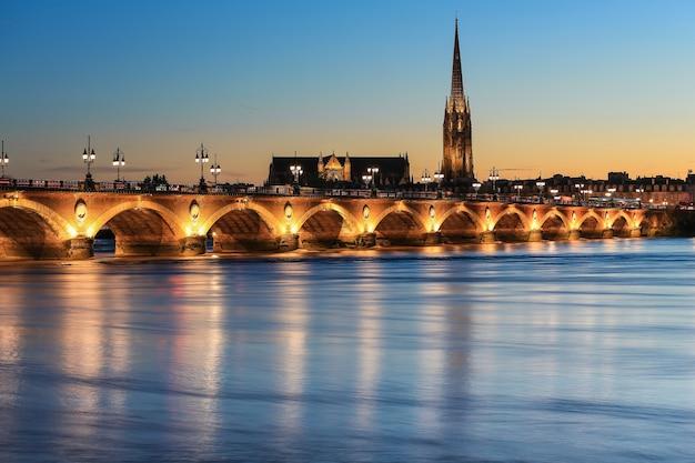 Pont de pierre stenen brug over de rivier de garonne in bordeaux