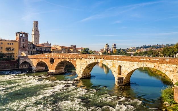 Ponte pietra (stenen brug) in verona - italië