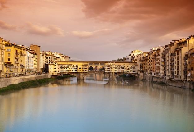 Ponte vecchio bij zonsondergang, florence, italië