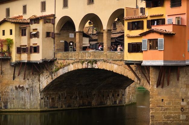 Ponte vecchio over de rivier de arno in florence, italië.