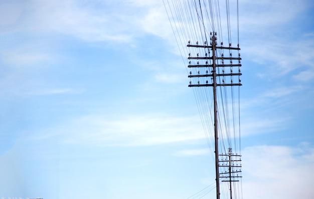 Pool van oude elektrische lijn op heldere hemel voor het doorgeven van energie