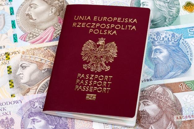 Pools paspoort op een achtergrond van bankbiljetten