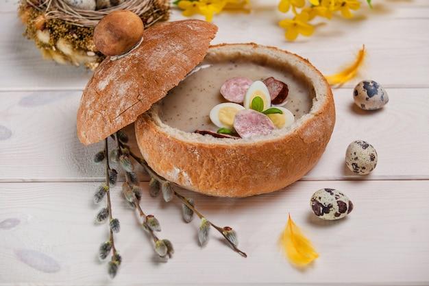 Poolse soep gemaakt van verse ingrediënten