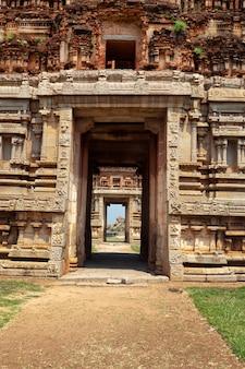 Poort in gopuram. ruïnes in hampi, karnataka, india