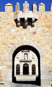 Poort in stadsmuren van avila, spanje