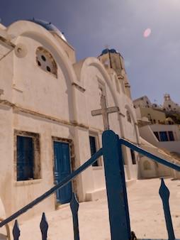 Poort omringende kerk in santorini griekenland