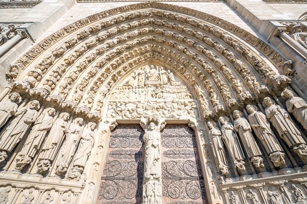 Poort van de kathedraal notre dame