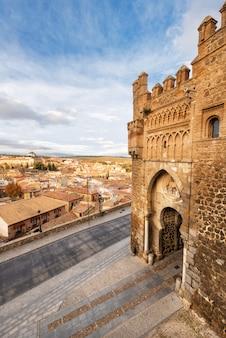 Poort van de zon, historische toegang tot de middeleeuwse stad van toledo, spanje.
