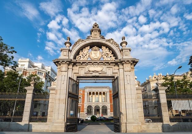 Poort van felipe iv naar plaza del parterre in buen retiro park met uitzicht op prado museum, madrid