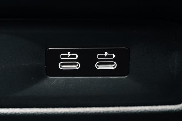 Poort voor het opladen van mobiele telefoon in luxe auto close-up