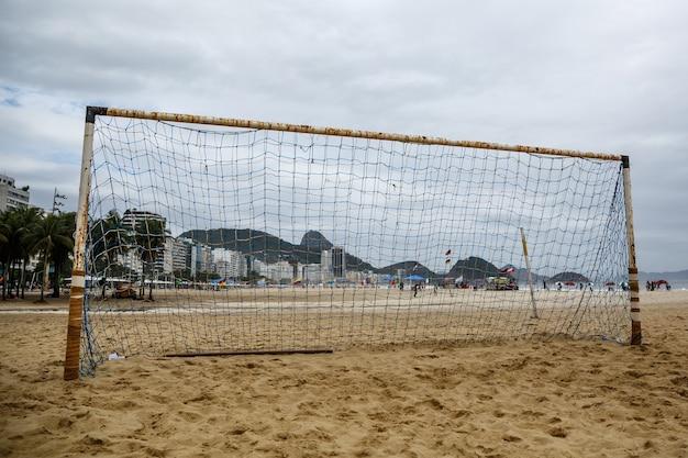 Poort voor strandvoetbal in het zand.