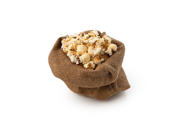 Pop corn in zak op geïsoleerde witte achtergrond