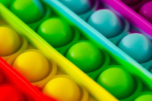 Pop it, convexe hemisferen van verschillende kleuren, close-up macroweergave
