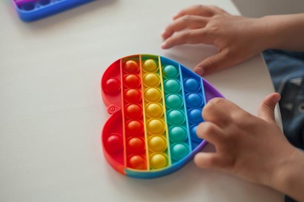Pop it toy fidget, kind speelt met antistress speelgoed