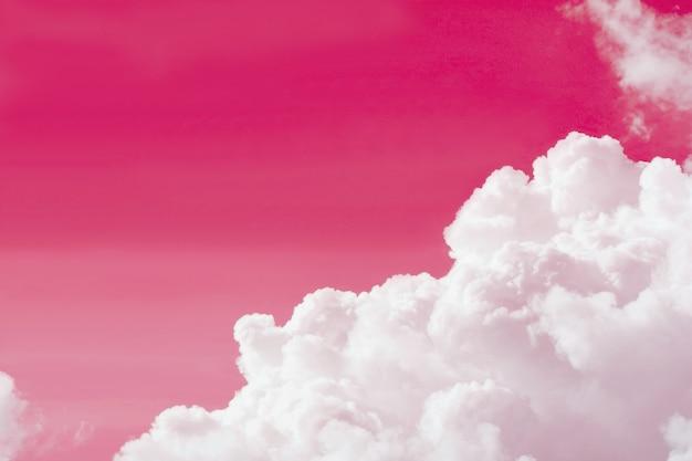 Popart surrealistische stijl pure witte wolk op bubblegum roze gekleurde lucht met kopie ruimte