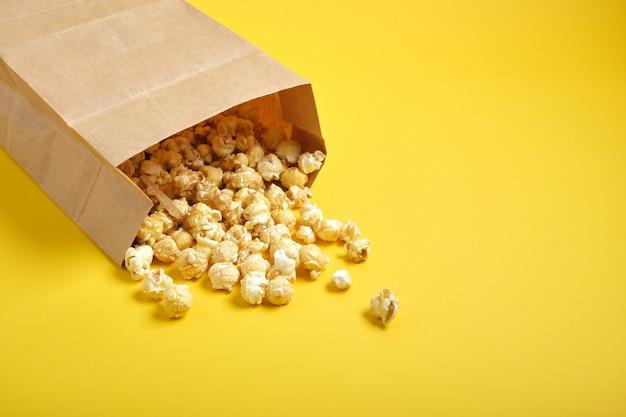 Popcorm papieren zak op gele achtergrond