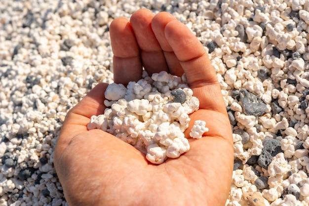 Popcorn beach nabij de stad corralejo, ten noorden van het eiland fuerteventura, canarische eilanden. spanje