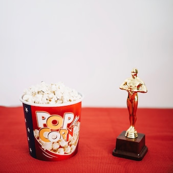 Popcorn emmer en glanzend oscar beeldje