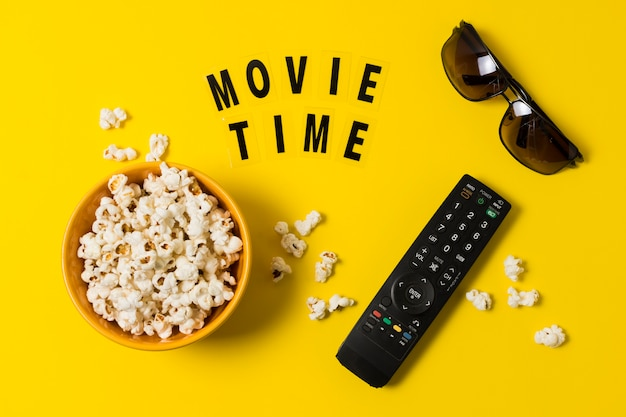 Popcorn en afstandsbediening voor tv