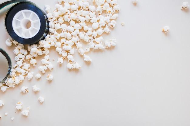 Popcorn en cinefilm op lichte achtergrond