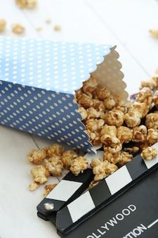 Popcorn en klembord en dakspaan